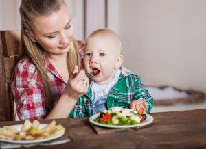 Làm quen với ăn dặm bé 4 tháng ăn được gì?