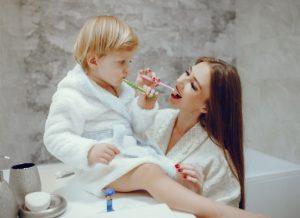 Dạy trẻ đánh răng gồm có các bước như thế nào ?