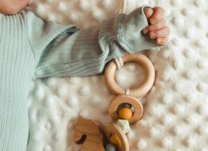 Đồ chơi cho bé sơ sinh – bật mí cách chọn chuẩn không cần chỉnh