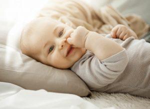 Những lợi ích của việc sử dụng gối nằm cho bé