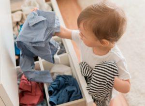 Bố mẹ cần lưu ý điều gì để chọn nước giặt xả an toàn cho con yêu?