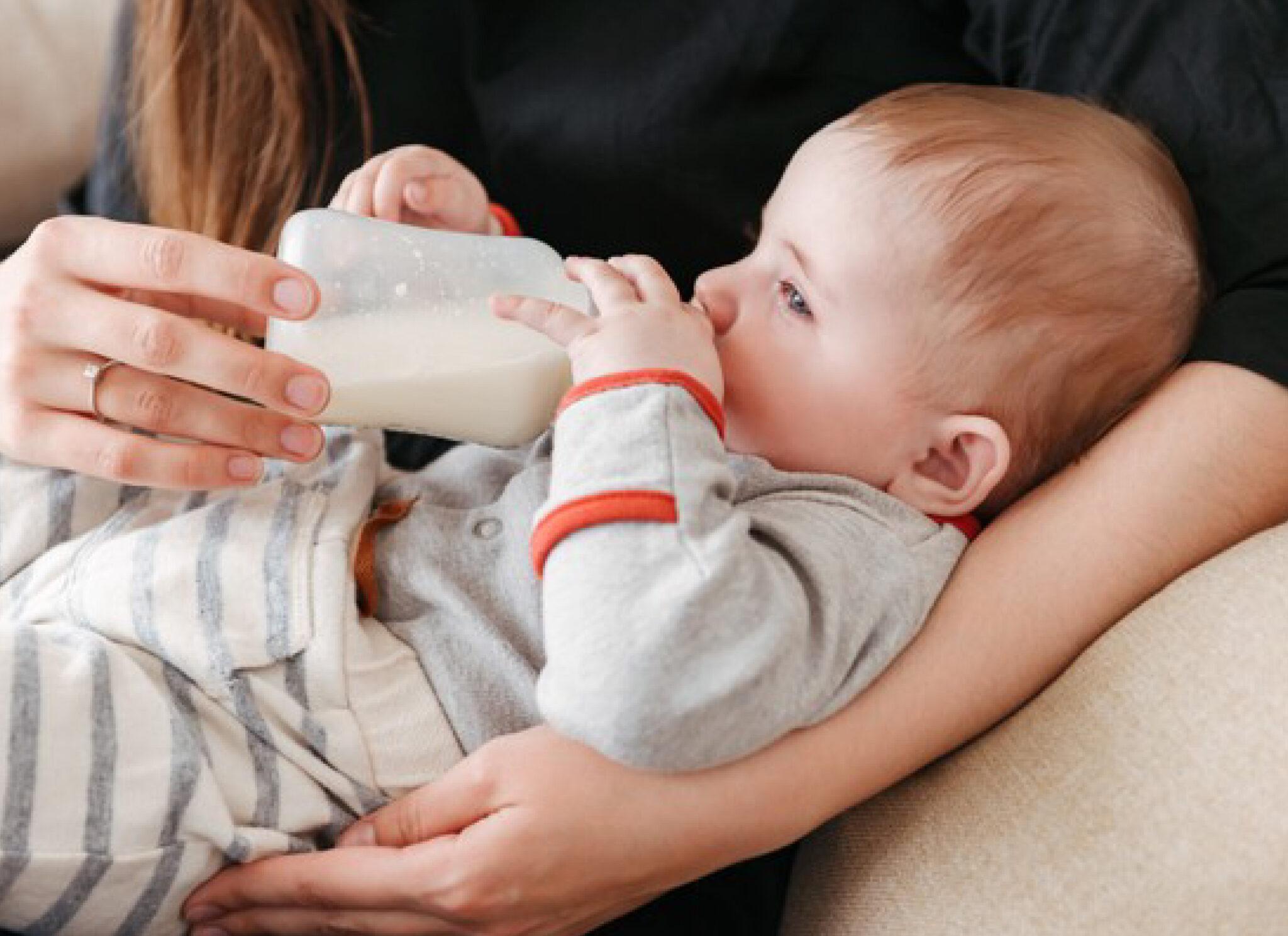 Mẹ có biết thời gian cho trẻ sơ sinh bú bình bao lâu là hợp lý?