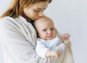 Một số lý do tiêu cực khiến trẻ 1 tháng tuổi ngủ ít và khó ngủ