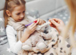 Trẻ 8 tháng bị sốt, mẹ nên xử trí như thế nào?
