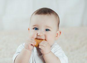 Tại sao trẻ 8 tháng chưa mọc răng và có ảnh hưởng gì khi trẻ lớn?