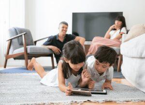 Trẻ em sử dụng điện thoại sớm: lợi ích và tác hại