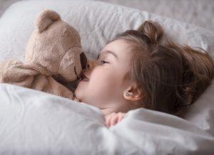 Trẻ ngủ ngày thức đêm có nguy hiểm không?