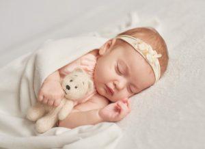 Trẻ sơ sinh khó ngủ và những điều mẹ cần biết về giấc ngủ của bé