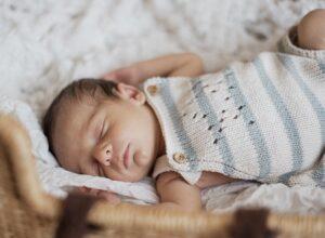 Trẻ sơ sinh quấy khóc không chịu ngủ: 9 mẹo giúp bé có giấc ngủ ngon