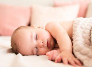 Giải mã các tư thế ngủ của trẻ sơ sinh và các điều mẹ cần lưu ý
