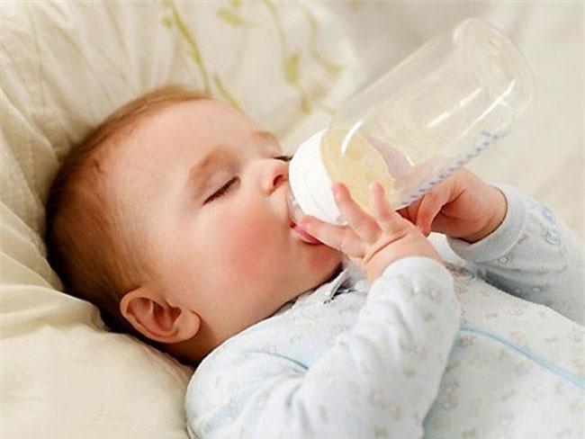 Bú bình nằm khiến bé dễ bị ngủ gật khi đang bú bình