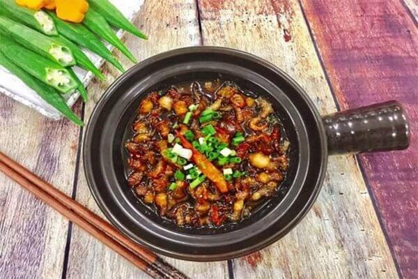 Kho quẹt được nấu từ nước mắm với đường cho sệt lại rồi thêm ít gia vị và nguyên liệu khác