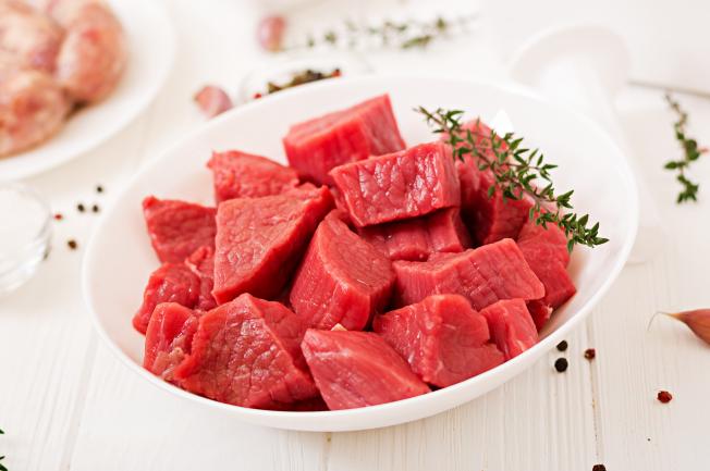 Để có một món thịt bò kho khoai tây thật ngon và hấp dẫn, đầu tiên mẹ cần phải chọn lựa nguyên liệu đầy đủ và tươi ngon