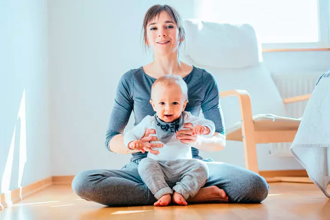 Để bé bú ở tư thế ngồi tựa vào lòng mẹ