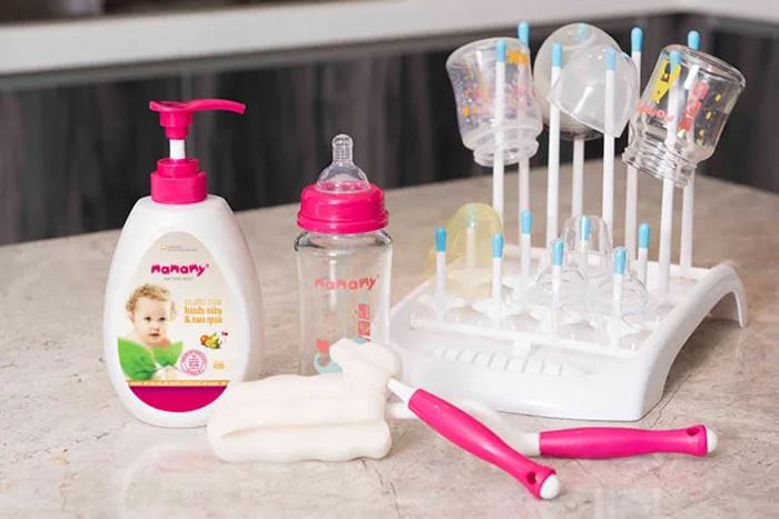 Chuẩn bị cọ rửa bình, giá úp để vệ sinh bình sữa cho con