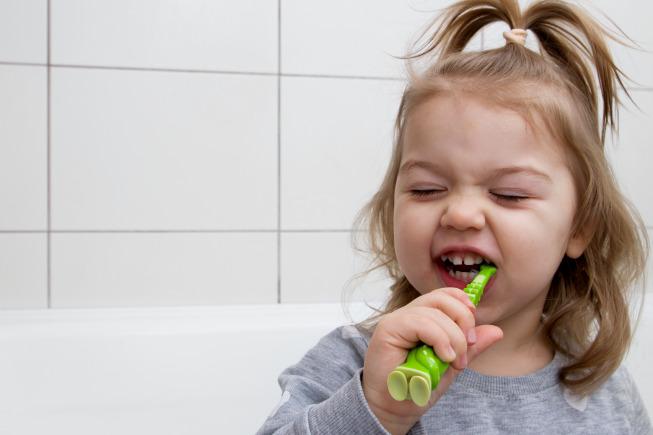 Một số bố mẹ cho rằng trong quá trình ăn dặm, trẻ không cần phải được vệ sinh răng miệng