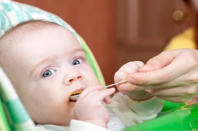 Đối với bé sơ sinh trước 6 tháng tuổi, mẹ chỉ cần cho bé bú đủ sữa mẹ