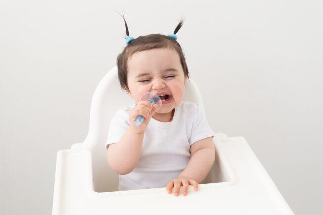 Trong quá trình ăn dặm, các phần tồn dư của sữa và đồ ăn dặm vẫn có khả năng tồn đọng trên răng của trẻ