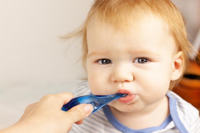Trong giai đoạn này, việcvệ sinh miệng cho trẻ sơ sinh ăn dặmtương đối đơn giản