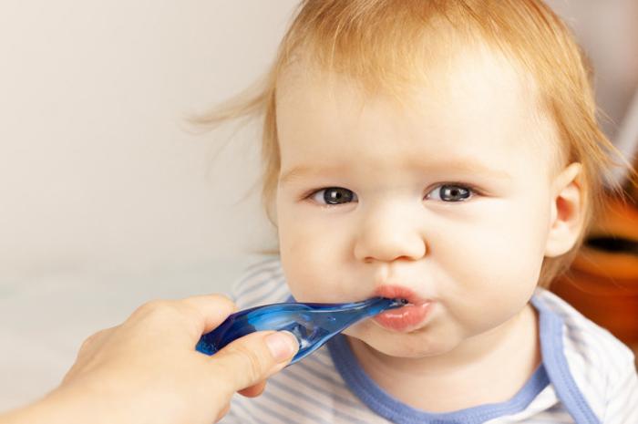 Mẹ có thể dùng bàn chải lông mềm để vệ sinh răng miệng cho con khi con đã mọc răng