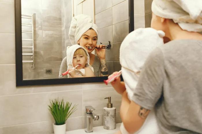 Mẹ nên hướng dẫn và giám sát con vệ sinh răng miệng khi trẻ lên 2 tuổi