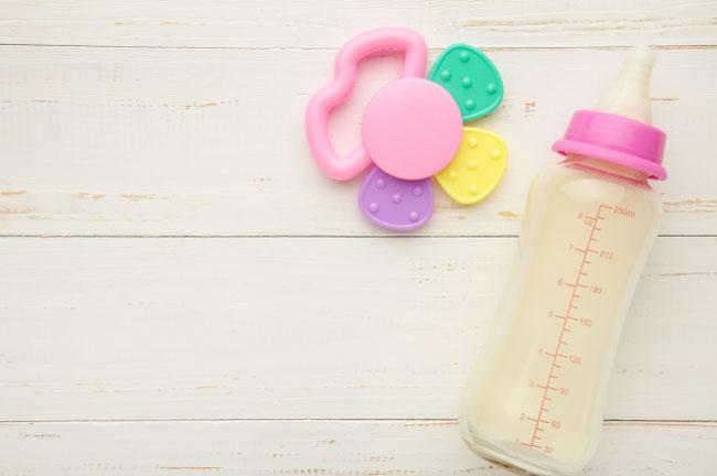 Núm ti của bình sữa có nhiều kích thước phù hợp với từng giai đoạn phát triển của bé