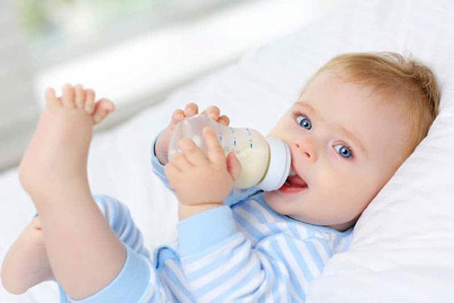 Bé bú bình hay nhai có thể do đang trong thời kỳ mọc răng, ngứa lợi