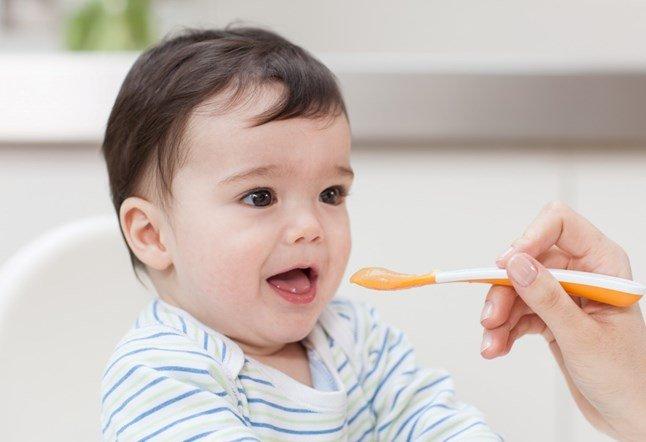 Nên làm gì khi bé 18 tháng biếng ăn?