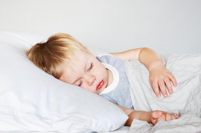 Bố mẹ nên làm gì khi trẻ 2 tuổi bị nôn liên tục?