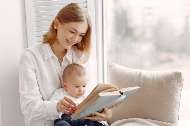Đọc sách và kể chuyện cùng trẻ thường xuyên