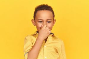 Bé 3 tuổi xì hơi thối có bất thường không?