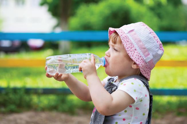 Mẹ nhớ cho bé uống thật nhiều nước để tránh bị táo bón