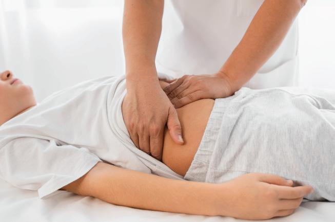 Mẹo massage bụng cho bé 4 tuổi bị táo bón