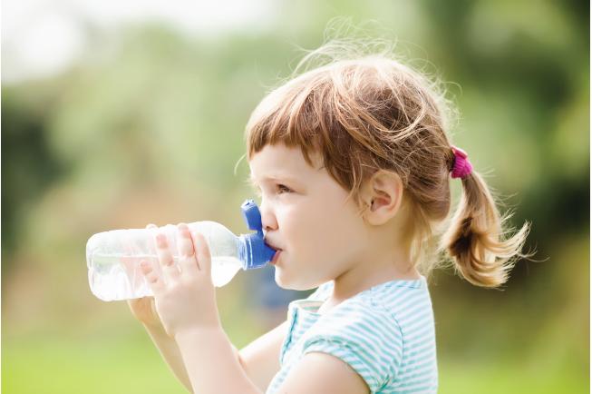 Bù nước cho trẻ bị nôn rất quan trọng
