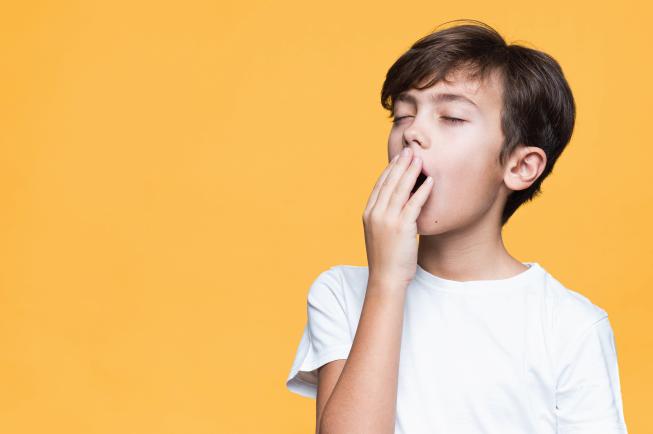 Bé hay ngáp vặt, trông mệt mỏi rất có thể thường bị khó ngủ