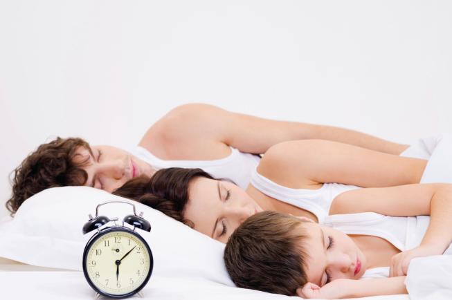 Bé ngủ cùng bố mẹ thường dễ bị khó ngủ hơn