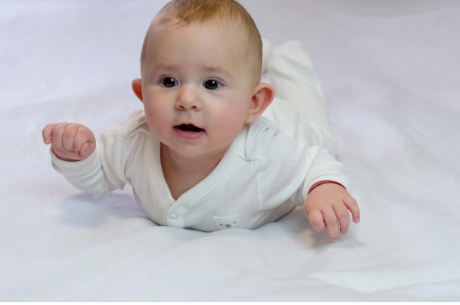 trẻ 5 tháng chưa biết lẫy