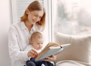 Trẻ 8 tháng chưa biết ngồi có bất thường? Cha mẹ nên làm gì?