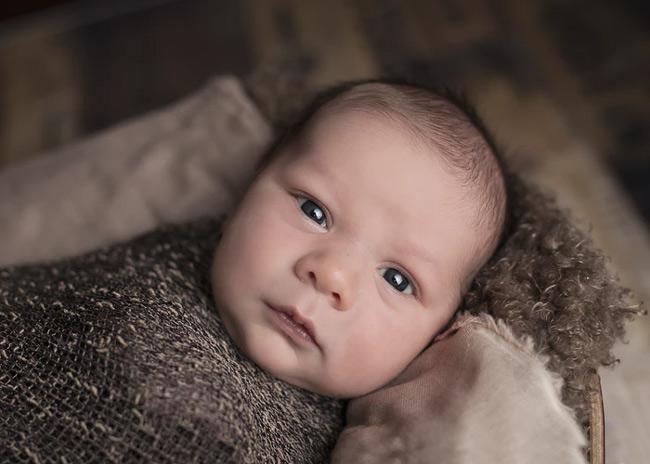 Bật đèn sáng quá vào buổi đêm khiến bé khó ngủ lại đó các mẹ ạ