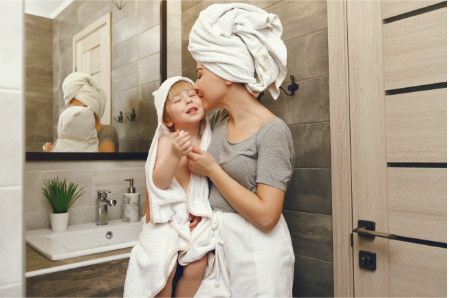 Khi đánh răng xong mẹ hãy dành lời khen cho bé để khuyến khích bé hứng thú với việc đánh răng