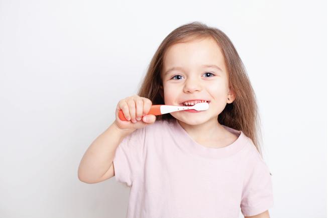 Đánh răng hàng ngày giúp răng bé luôn trắng sáng