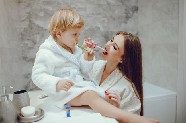 Mẹ nên hướng dẫn và tập thói quen đánh răng hàng ngày cho bé để khắc phục tình trạng vàng răng