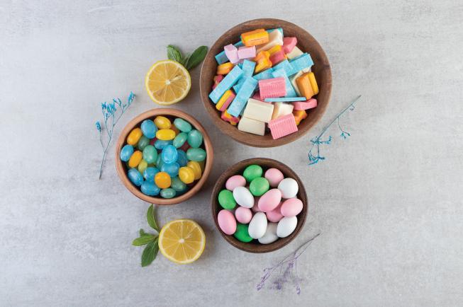 Hạn chế cho bé ăn nhiều đồ ngọt tránh vàng răng, sâu răng