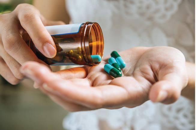 Khi mẹ mang thai uống thuốc kháng sinh có thành phần tetracyline sẽ khiến bé sinh ra răng bị vàng sớm