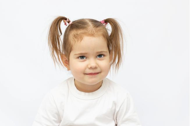 Mẹo hạ sốt cho trẻ là không nên cho con sử dụng quần áo quá dày hoặc đắp chăn