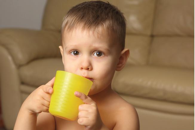 Khi sốt, mẹ cần phải cho bé ăn thức ăn dạng lỏng để dễ tiêu và uống nhiều nước ấm hơn bình thường
