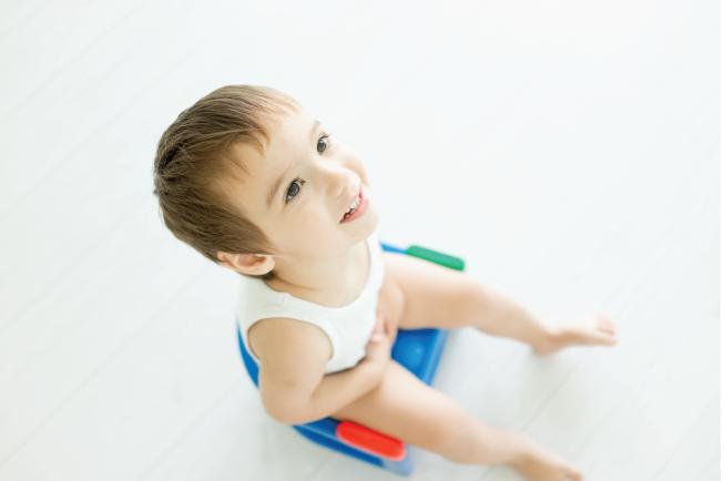 Mát xa để kích thích nhu động ruột, giúp trẻ dễ đi tiêu hơn