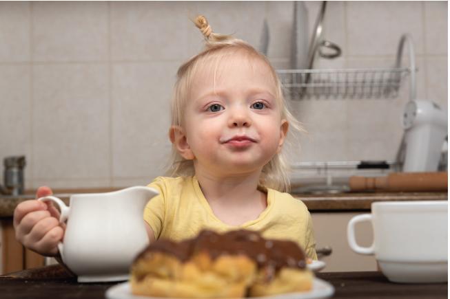Việc lạm dụng và pha sữa không đúng công thức là nguyên nhân dẫn đến bé 2 tuổi táo bón