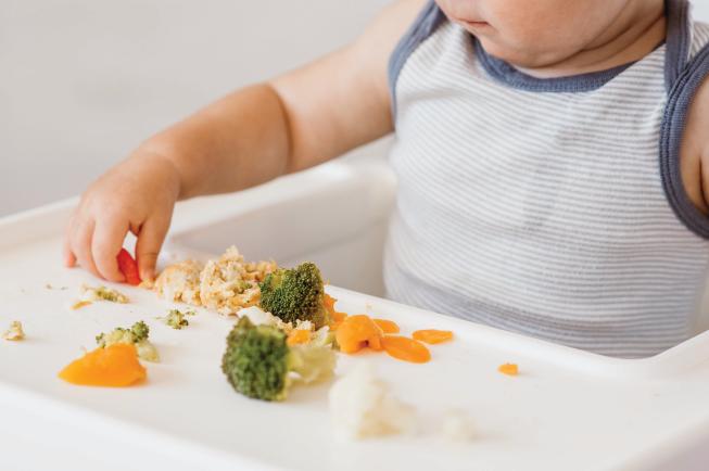Để phòng tránh táo bón cho trẻ 2 tuổi, mẹ cần thay đổi chế độ dinh dưỡng của con