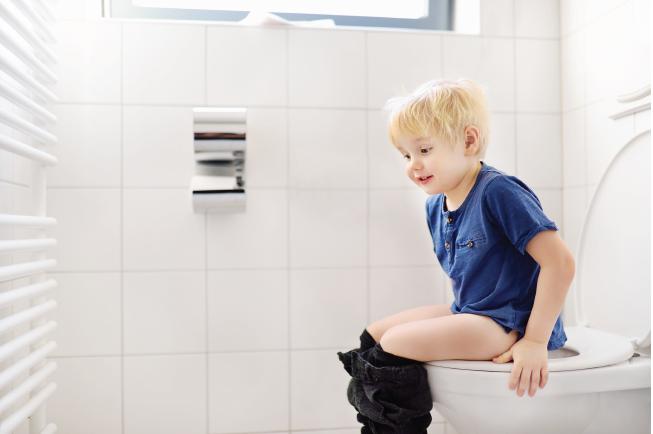 Bố mẹ cần nhanh chóng đưa bé đến khám bác sĩ nếu bé 2 tuổi táo bón lâu ngày kèm đi ngoài ra máu